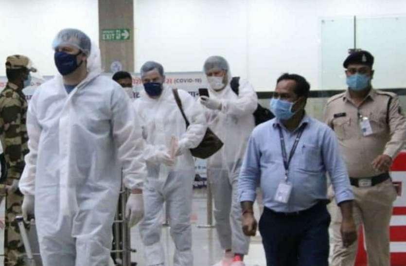 Road Safety World Series: इंग्लैंड लीजेंड्स के खिलाड़ी पीपीई किट में पहुंचे रायपुर, होटल में 7 दिन रहेंगे क्वारंटाइन