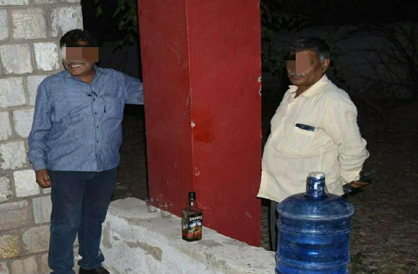 सरकारी दफ्तर में कर्मचारियों की शराब पार्टी, ऑफिस में बैठकर ही यारों संग जमा रहे महफ़िल