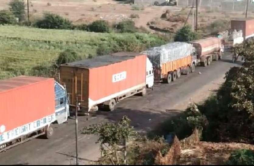 इंदौर इच्छापुर हाइवे पर 3 किमी का लगा जाम, दोनों तरफ वाहनो की लगी कतारें