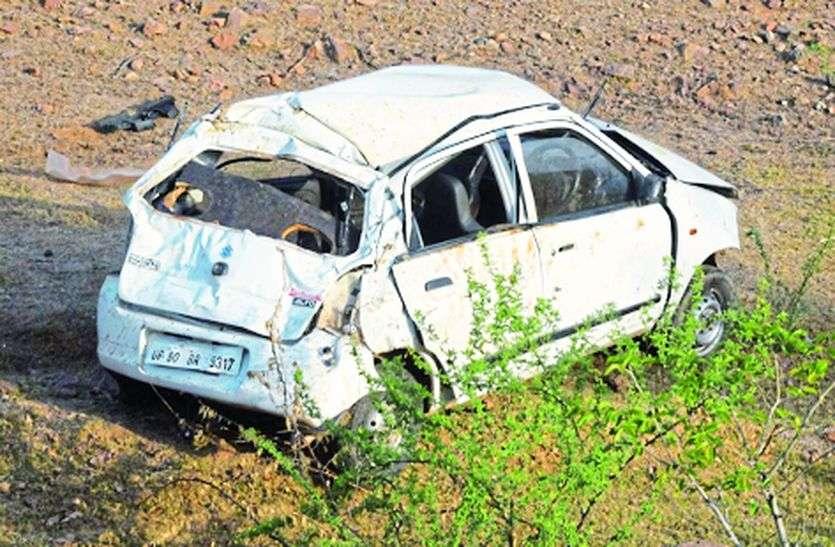 अनियंत्रित होकर गड्ढे में गिरी कार, पांच घायल