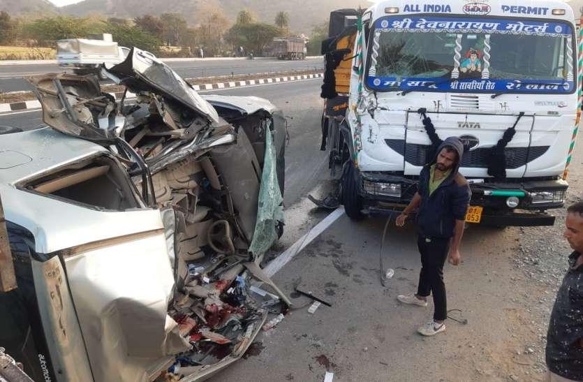 कार-ट्रेलर की भिड़न्त, दो की मौत