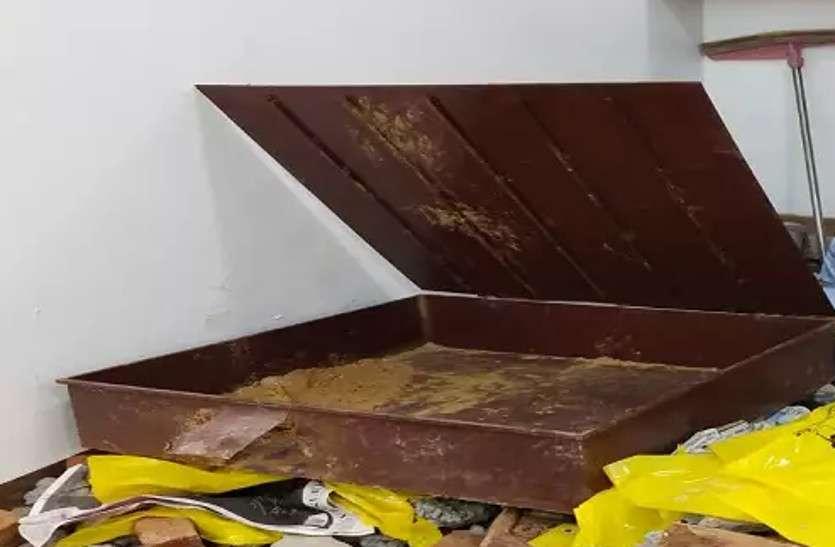 फर्श के नीचे दबी चांदी चोरी होने के मामले में सामने आईलम्बी साजिश