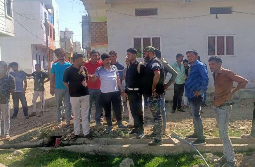 शहर के रोड खुदे पड़े और बीजेपी मंडल अध्यक्ष खुद के घर के सामने बना रहे थे रोड, रुकवाया
