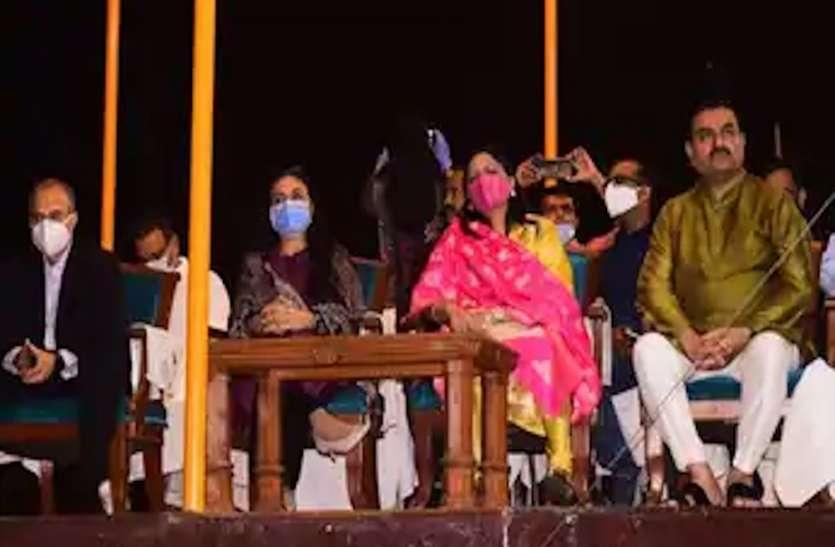 वाराणसी में गौतम अदाणी ने सपरिवार देखी गंगा आरती, विजिटर बुक में लिखा- काशी में जय मां गंगे