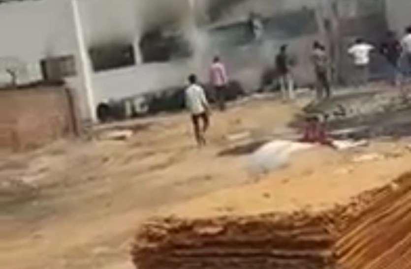 नोएडा में गत्ता फैक्टरी में लगी भीषण आग, मच गई अफरा-तफरी
