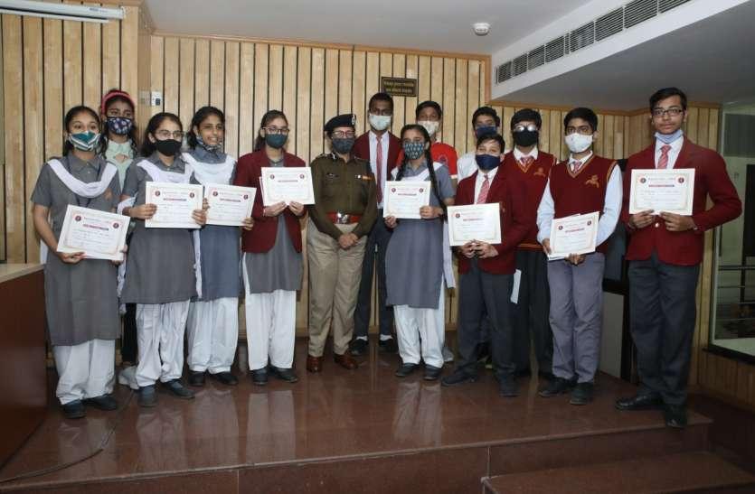 एडीजी सिविल राईट्स ने स्कूली बच्चों को वितरित किए प्रशंसा पत्र