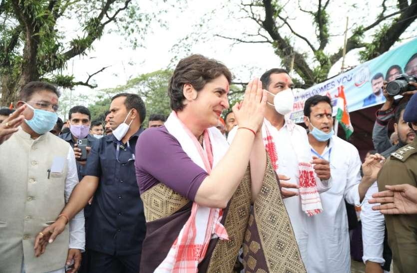 असम: कामाख्या मंदिर के दर्शन करने पहुंचीं प्रियंका गांधी, कहा-यहां के लोगों लिए दुआएं मांगी