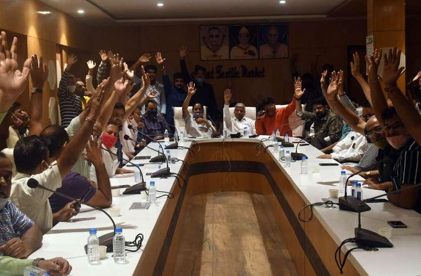 SURAT KAPDA MANDI: हाथ ऊंचे किए और कहा, नहीं देंगे ट्रांसपोर्ट चार्ज