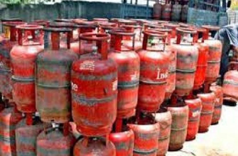 Gas cylinder: घरेलू गैस सिलेंडर के दाम 25 रुपए बढ़ाए