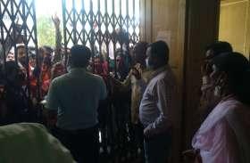 विवेकानंद की मूर्ति अनावरण को लेकर एबीवीपी कार्यकर्ताओं ने कॉलेज गेट पर लगाया ताला