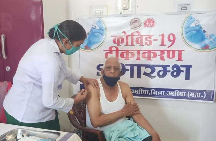 संक्रमण से बचाने वरिष्ठ नागरिकों को लगा टीका