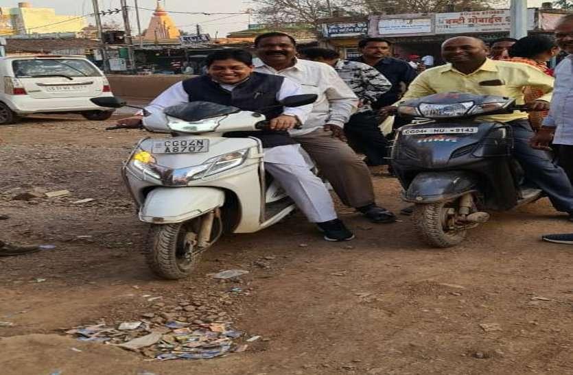 रायपुर : ....जब संकरी गली में नहीं जा पाई कार तो मंत्री डॉ. डहरिया ने खुद स्कूटी चलाकर किया विकास कार्यों का निरीक्षण