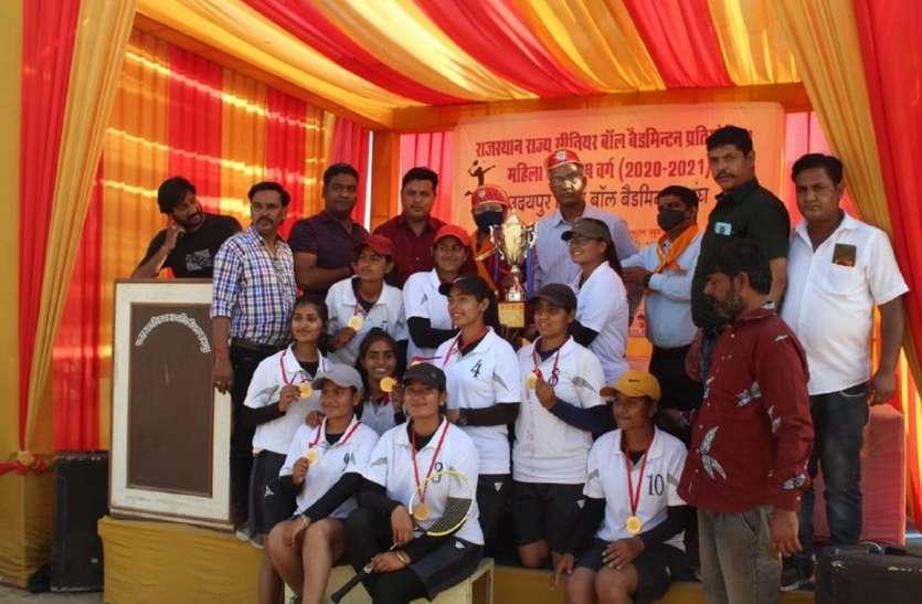 जयपुर की महिला एवं पुरुषों के सिर सजा जीत का ताज
