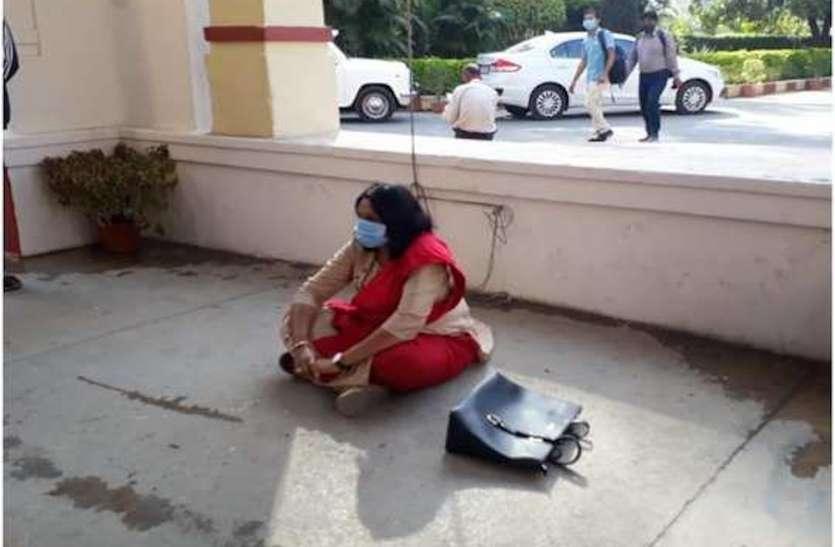 बीएचयू में धरने पर बैठी महिला प्रोफेसर का आरोप, दलित होने की वजह से हो रहा उत्पीड़न, क्लास लेने से रोकते हैं अन्य शिक्षक
