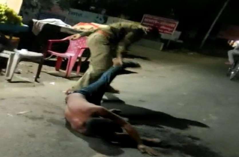 शराबी युवक को बीच सड़क पर दरोगा ने बेरहमी से पीटा, एसपी ने किया लाइन हाजिर