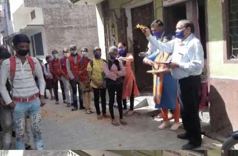 11 महीने बाद बच्चे पहुंचे स्कूल तो भव्य तरीके से हुआ स्वागत, टीचरों ने बरसाए फूल