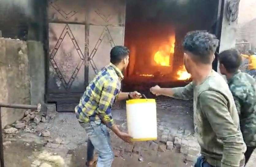 अवैध पेट्रोल के गोदाम में भीषण आग, धमाके के साथ फटे ड्रम, मालिक समेत तीन झुलसे