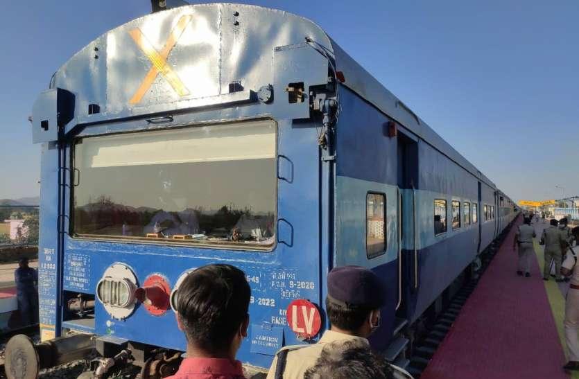 नैनपुर से भोमा तक पहुंची सीआरएस की ट्रेन, हजारों की संख्या में देखने उमड़े लोग