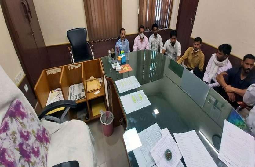 कांग्रेस पार्षदों ने न्यास सचिव कक्ष में दिया धरना