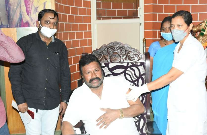 मंत्री ने घर में लगवाया टीका, विवादों में घिरे तो कहा डाका तो नहीं डाला
