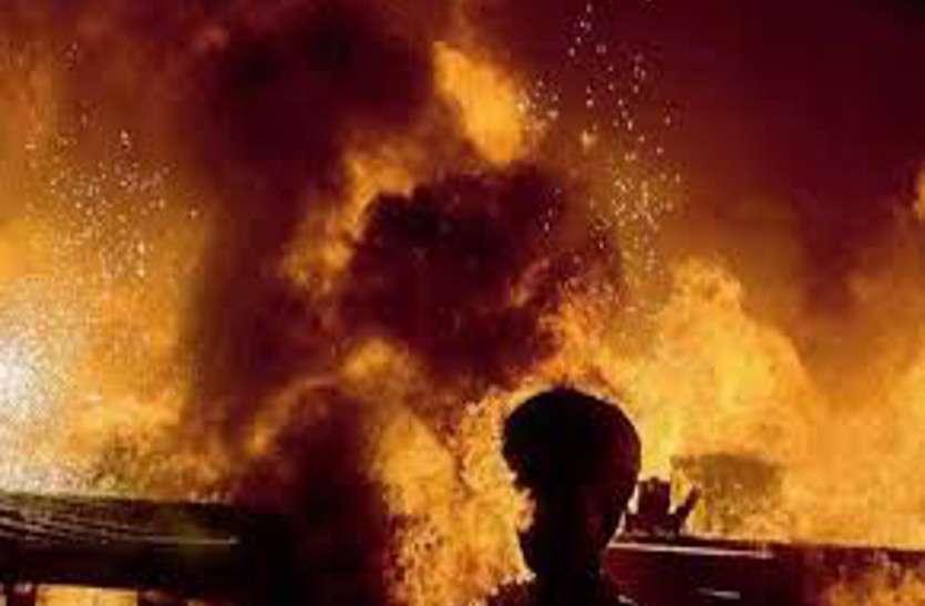 पैसे नहीं हैं कहकर मां ने मोबाइल खरीदने से किया मना तो बेटे ने खुद को जिंदा जला लिया
