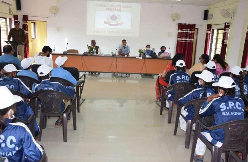 पांच स्कूलों के ११५ बच्चों को वितरित किए एसपीसी ट्रेकशूट