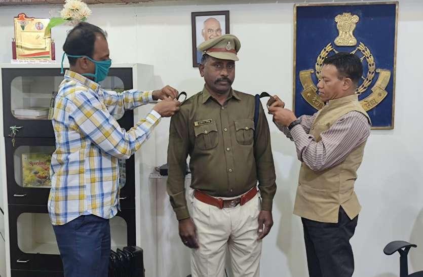 एसपी ने पदनाम प्रमोशन के बाद स्टाफ के कंधों पर लगाया स्टार, खिले चेहरे