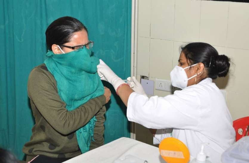 वैक्सीनेशन सेन्टर पर टीकाकरण की संख्या बढ़ाए जाने के निर्देश