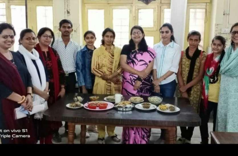 छात्राओं ने बनाया कढ़ी-सोगरा और बाजरी का चूरमा