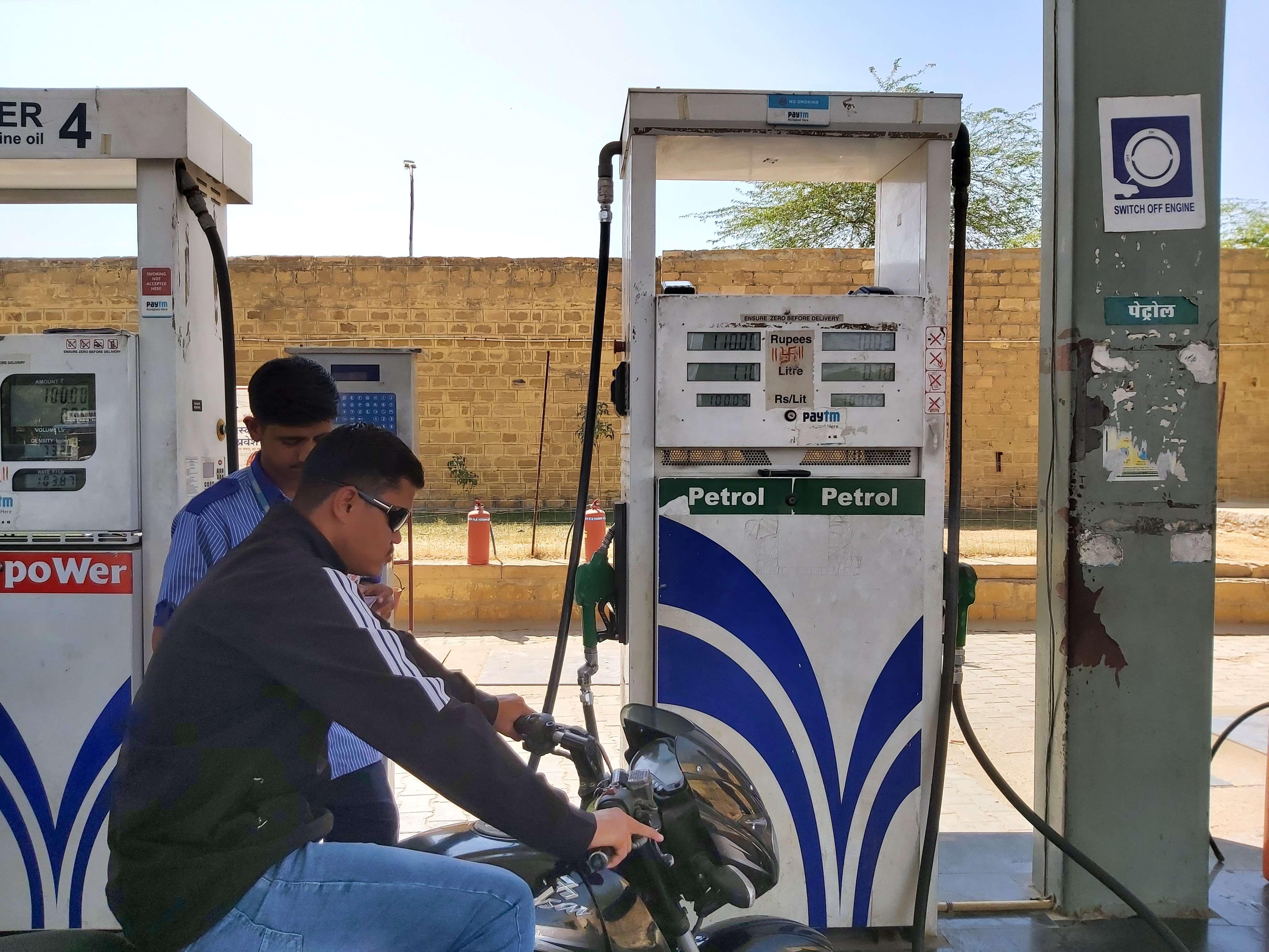 जैसलमेर में पेट्रोल का सैकड़ा, सिलेंडर भी लगा रहा कीमतों में आग