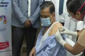 VIDEO: CM केजरीवाल ने माता-पिता के साथ कोविशील्ड वैक्सीन लगवाई