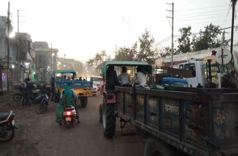 खुरई रोड पर दोनों तरफ बन रही नालियां और मंडी में बड़ी आबक से रेलवे गेट बंद होते ही लग जाता है जाम
