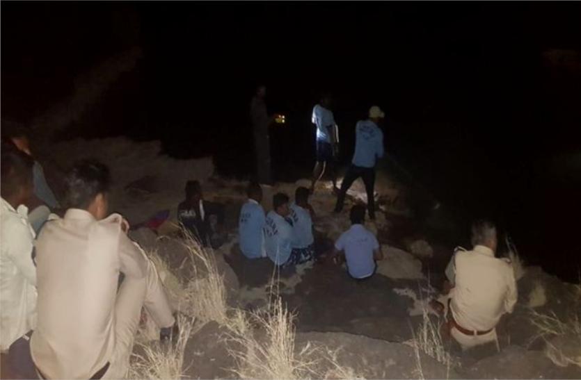 तिंछा फाल में डूबे 2 छात्र : पिकनिक मनाने गए छात्र गहरे पानी में फिसले, 1 शव मिला, 1 की तलाश जारी