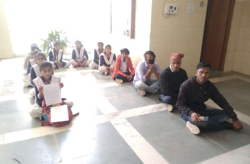 15 किमी दूर परीक्षा केन्द्र,  नाराज विद्यार्थियों ने कलेक्ट्रेट बरामदे पर बैठकर जताया विरोध