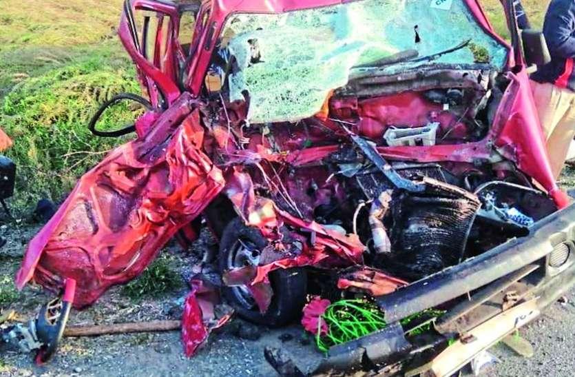 ओवरटेक करने में डंपर से भिड़ी कार, एक ही परिवार के चार लोगों की दर्दनाक मौत