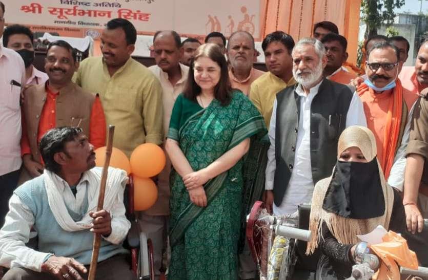 मेनका गांधी ने दिव्यांगों को दिए सहायक उपकरण