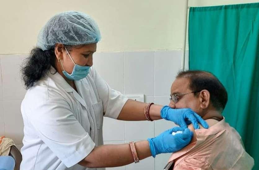 कोविड वैक्सीनेशन: बुजुर्गों को लगा खुशियों का टीका
