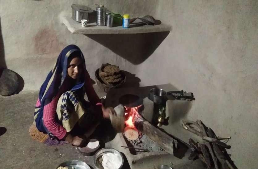 रसोई गैस के दाम बढऩे से उज्जवला गैस सिलेंडर नहीं भरवा पा रहे हितग्राही