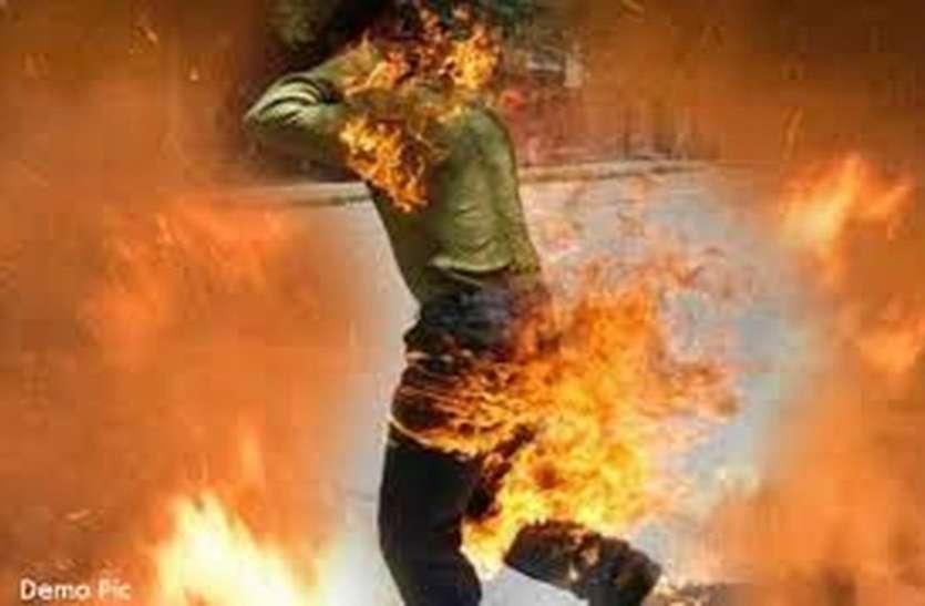 mysterious : घर से जलता हुआ युवक निकला, बचाने के लिए पत्नी दौड़ी, वह भी झूलसी