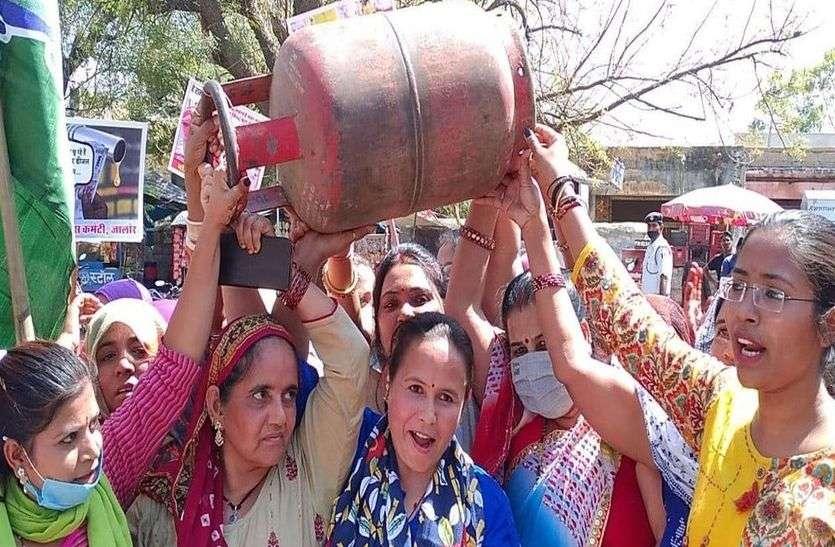 महिला मोर्चा का महंगाई पर विरोध.... खाली गैस सिलेंडर उठाकर किया प्रदर्शन, सिगड़ी पर बनाई चाय