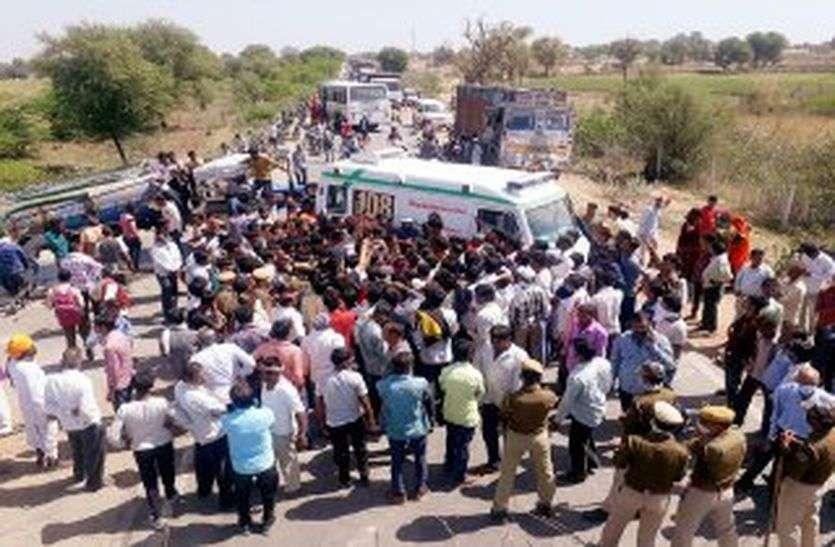 मौत बनकर आई बजरी से भरी ट्रॉली और प्रौढ़ को कुचल गई, गुस्साए ग्रामीणों ने शव को सडक़ पर रख किया प्रदर्शन
