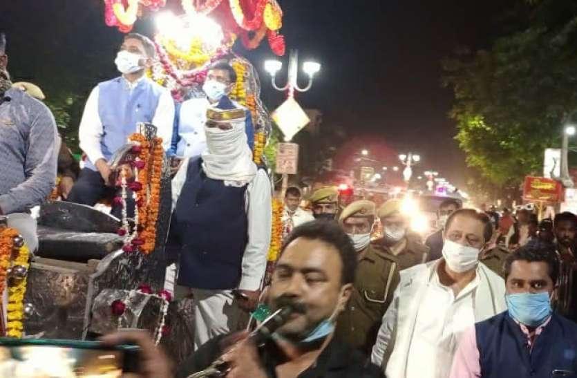 बैंड बाजे के साथ बग्गी में हुई रामपुर DM की विदाई, आजम खान पर की थी ताबड़ताेड़ कार्रवाई