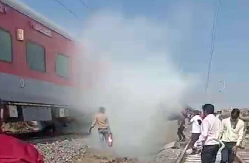 साबरमती के दो एससी कोच के ब्रेक में लगी आग, बुझाई तो शाढ़ौरा में फिर लगी