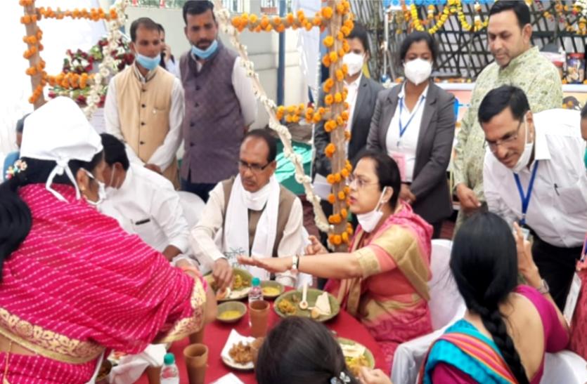 महिला दिवस विशेष : CM शिवराज पत्नी साधना के साथ पहुंचे दीदी कैफे, स्वादिष्ट व्यंजन देखकर बोले- यहीं भोजन करेंगे