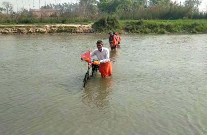 योगीराज में जान जोखिम में डालकर नदी पार करने को मजबूर शिव भक्त कांवड़िये