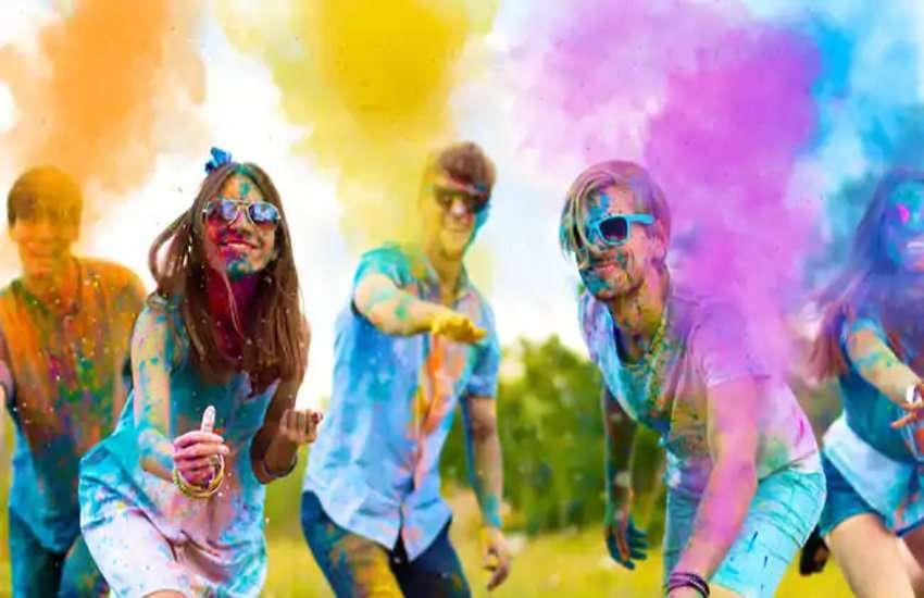 इस बार इन कपड़ों में खेले होली, यूनिक दिखने के लिए इस रंग को कहे अलविदा