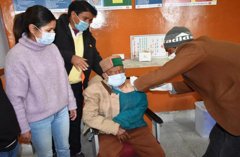 Coronavirus: भारत के सबसे बुजुर्ग मतदाता को लगाई गई वैक्सीन, जानिए कितनी है उम्र