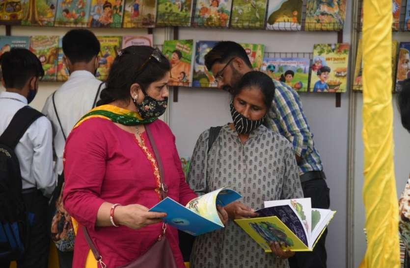 साहित्य प्रेमियों की निगाहें बिल्कुल नई किताबों पर