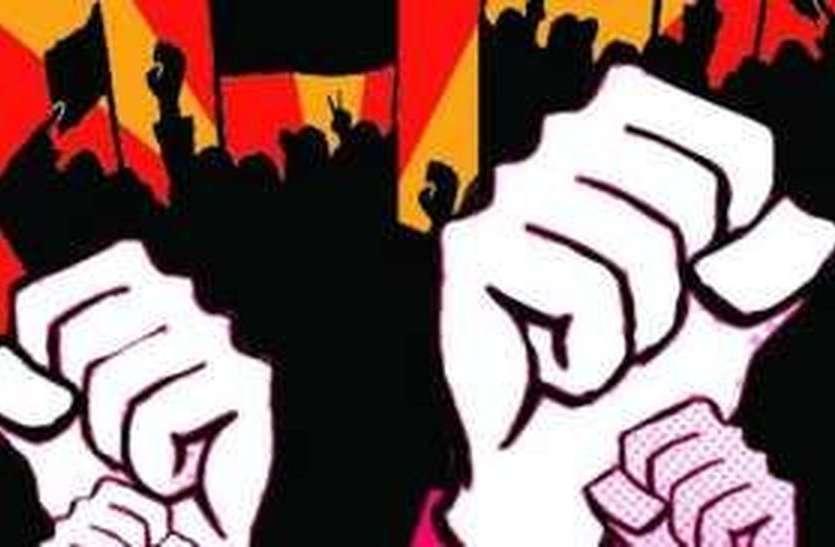 कर्नाटक : सड़क पर परीक्षा देकर जताया विरोध