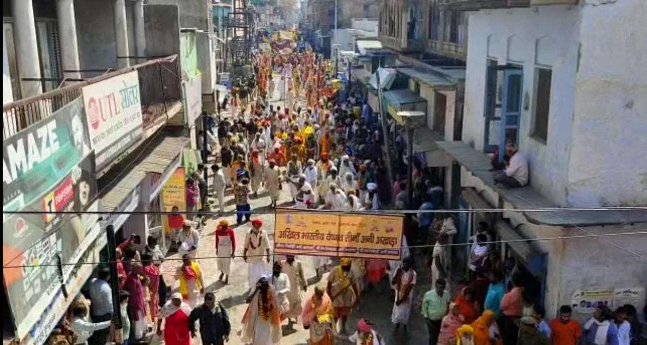 वृंदावन कुंभ - 2021, तृतीय शाही स्नान पर निकली संतों की पेशवाई, जयकारों से गूँज उठी कान्हा की नगरी